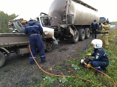 Шофёр фургона умер натрассе под Кунашаком, залетев под КАМАЗ