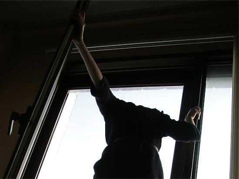 Жительница Челябинска хотела покинуть квартиру натретьем этаже через окно