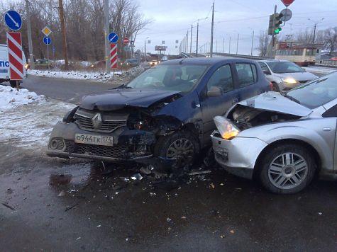 ВЧелябинске ребенок идвое взрослых пострадали встолкновении машин