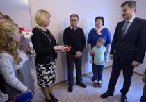 В Челябинске приемной семье вручили ключи от шестикомнатной квартиры