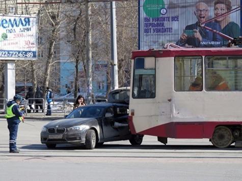 Вцентре Челябинска «БМВ» врезался втрамвай, есть пострадавшие