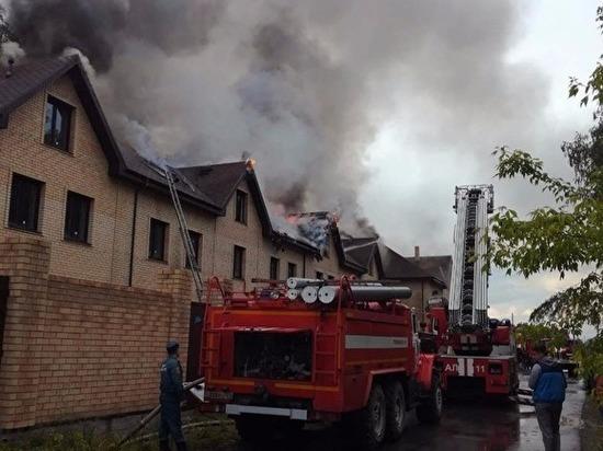 Молния ударила в крышу: в пригороде Челябинска сгорел дорогой таунхаус