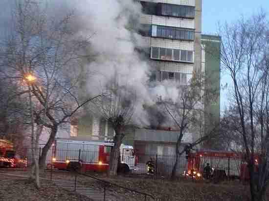 Вцентре Челябинска изгорящего общежития эвакуировали 90 человек