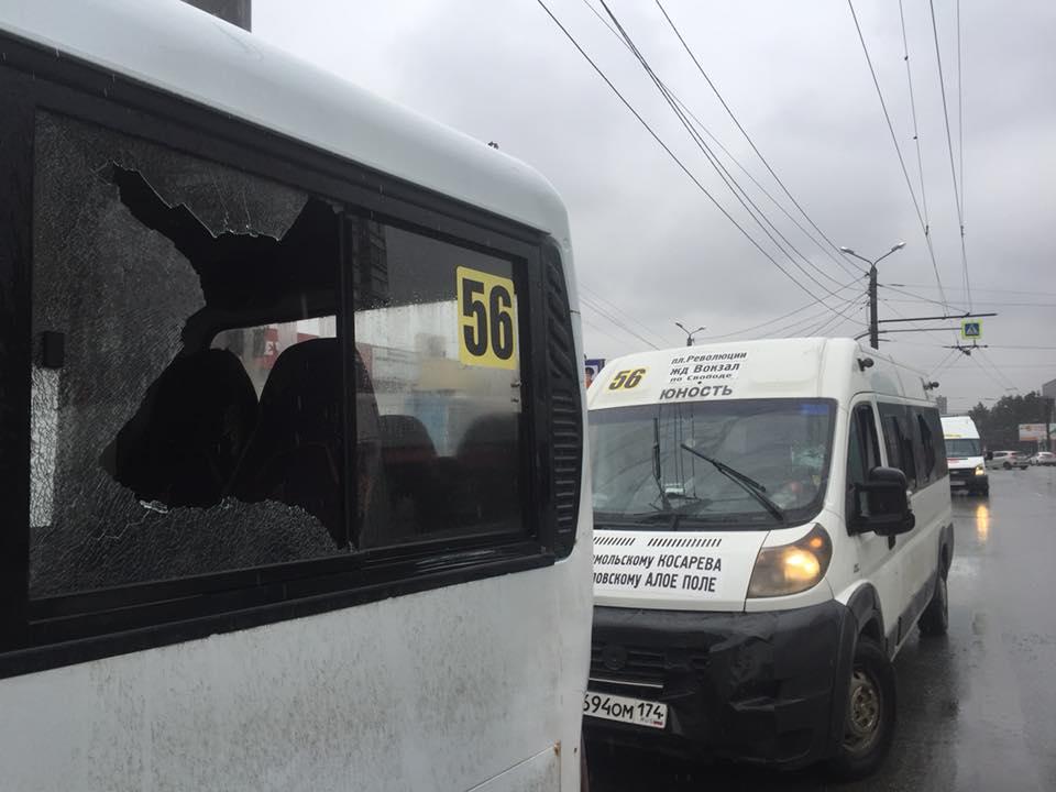 Мужчина битой разбивал стекла маршруток наглазах уводителей ипассажиров