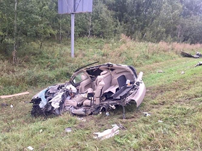 Дорогостоящая иномарка превратилась в груду металла после столкновения с грузовиком. ФОТО