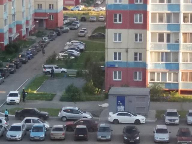 Около многоэтажного дома вЧурилово обнаружили мертвого мужчину