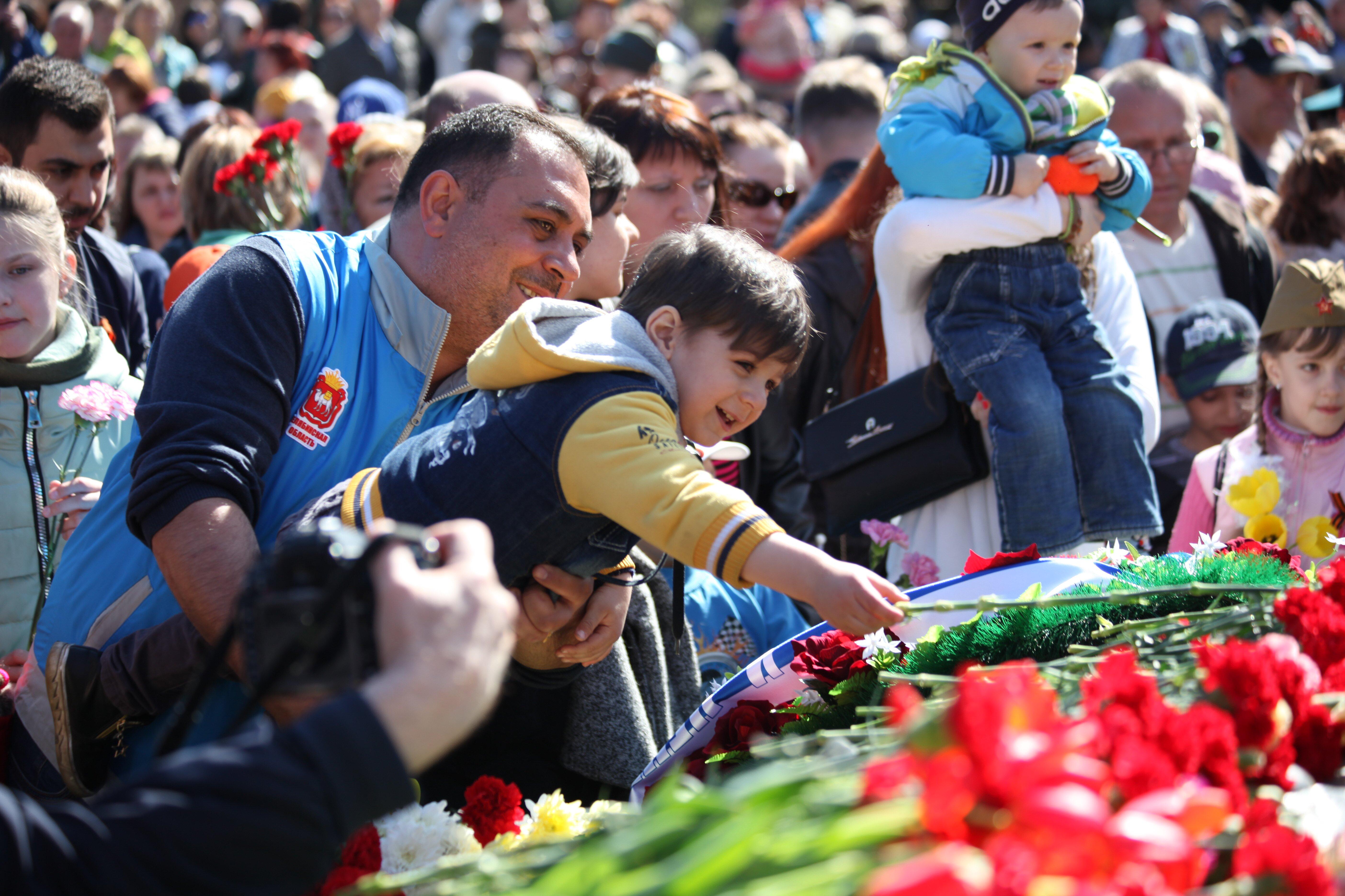 Возложение цветов (10.05.2017) - Парад Победы вЧелябинске 2017