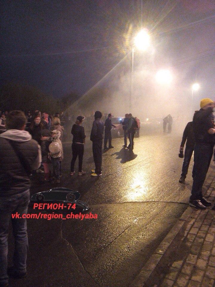 Русскую красавицу терзает толпа парней