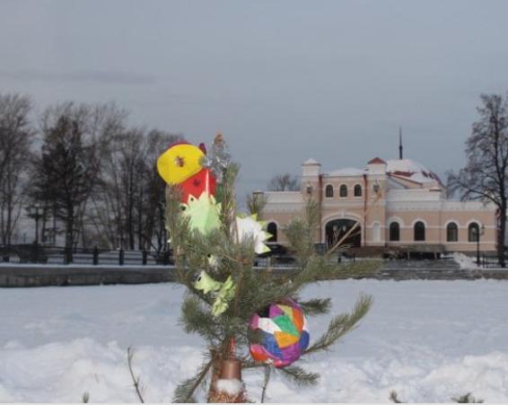 Нового года небудет. Вандалы снесли елку вместе сигрушками