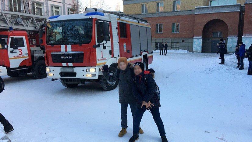 Дети делают селфи около горящей школы вЧелябинске