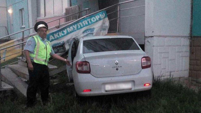 ВЧелябинске шофёр, уклоняясь отпешехода, въехал вмагазин