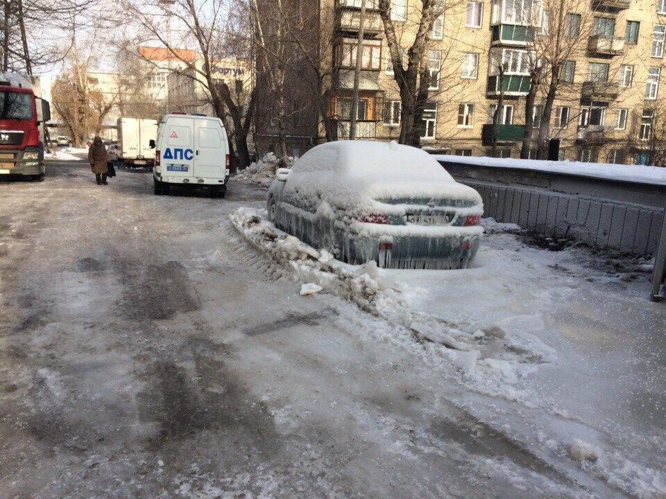 Машины вчелябинском дворе вмерзли влед