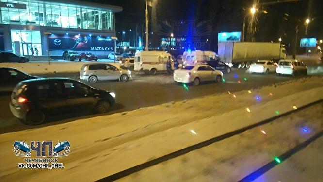 ВЧелябинске маршрутное такси врезалось в грузовой автомобиль