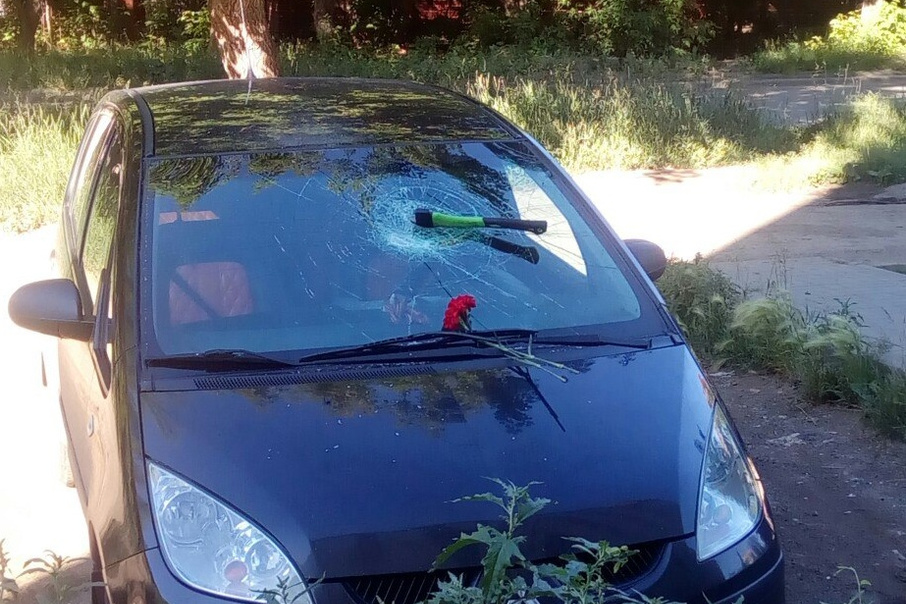 Вандалы воткнули топор в ветровое стекло припаркованной иномарки наЧМЗ